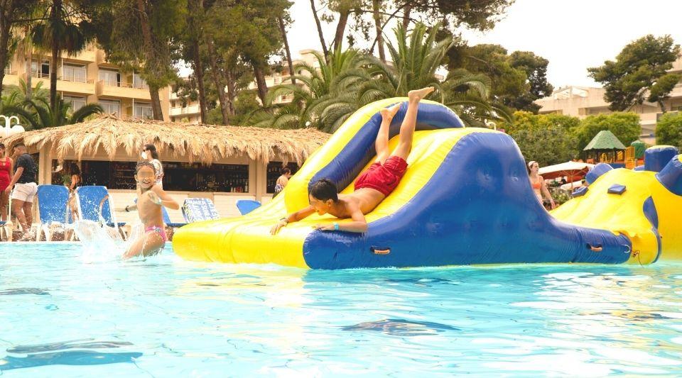 Hoteles Salou para niños con inchables acuaticos